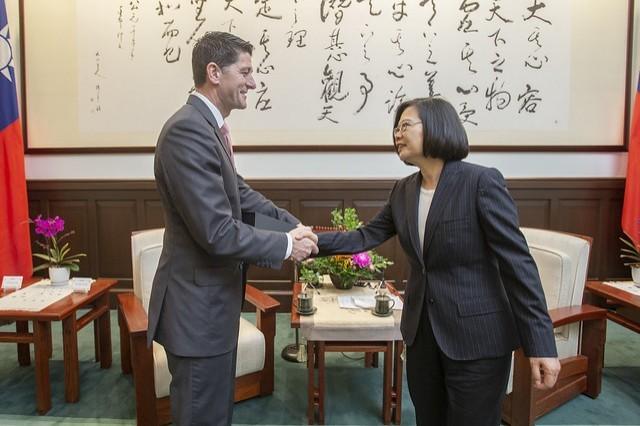 蔡英文總統今日上午接見美國聯邦眾議院前議長萊恩(Paul Ryan),感謝萊恩對台美關係的貢獻,並期盼台美持續合作打造和平穩定印太地區。(總統府提供)