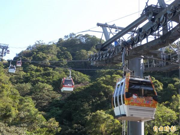 台北捷運公司稍早表示,貓空纜車12點因山區強風暫停服務,乘客請勿前往搭乘。(資料照,記者吳亮儀攝)
