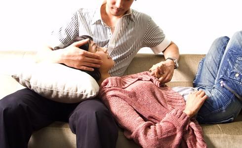 台中市蔡姓女醫師發現同為醫師的鍾姓丈夫與賣健康食品的王姓女子疑有婚外情,找徵信社幫忙,沒想到反被坑稨。(情境照)
