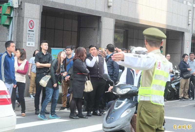 花蓮發生6.1級地震,台北市長安東路二段81號大樓傾斜,憲兵也出動協助封路交管。(記者王藝菘攝)