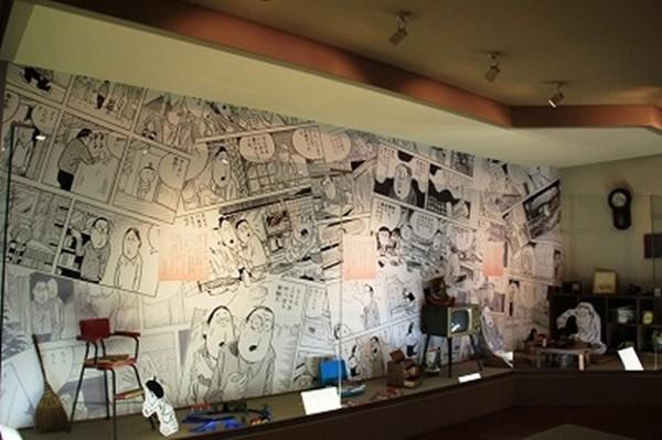由於水木茂老師在鳥取縣境港市長大,2003年時在其家鄉成立了水木茂紀念館。透過具有立體感的不布置、音響、燈光效果,讓遊客產生妖怪就在身旁的錯覺。(圖結自網路)