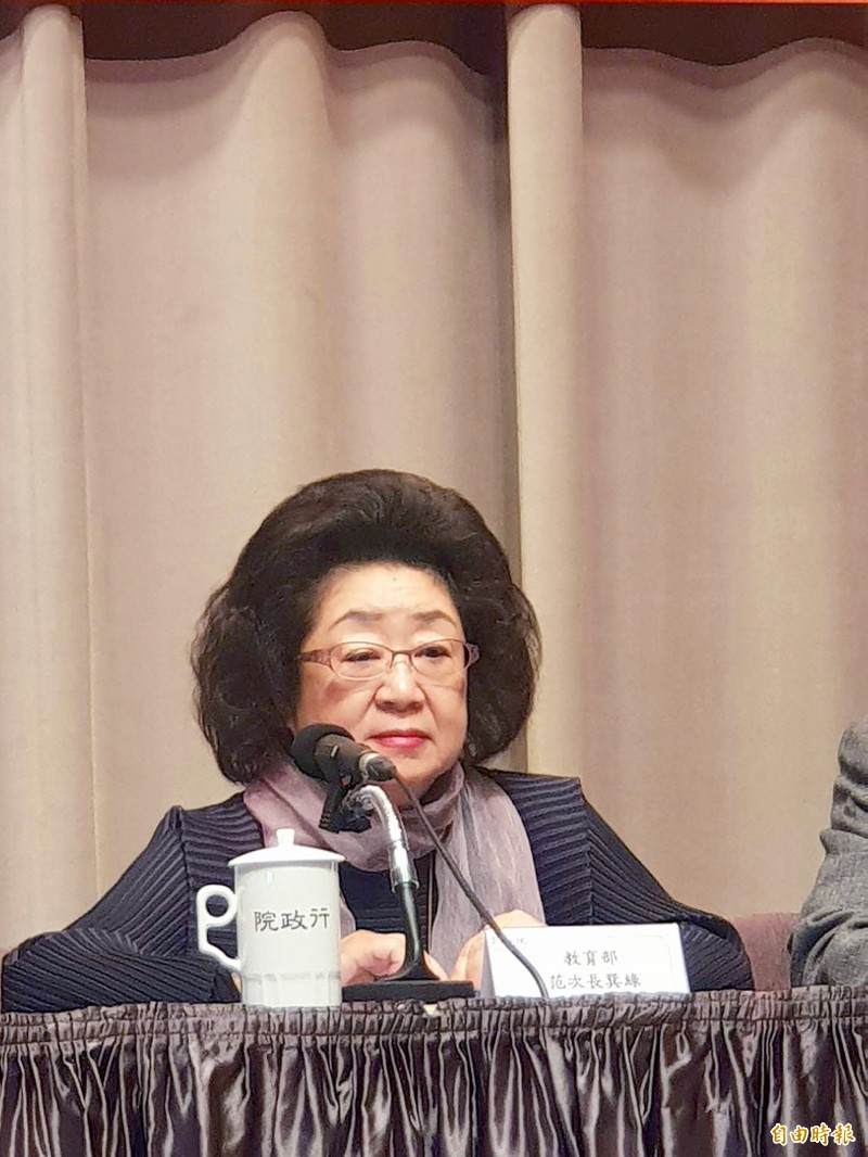 Deputy Minister of Education Fan Sun-lu participates in a news conference at the Executive Yuan in Taipei yesterday.  Photo: Lee Hsin-fang, Taipei Times