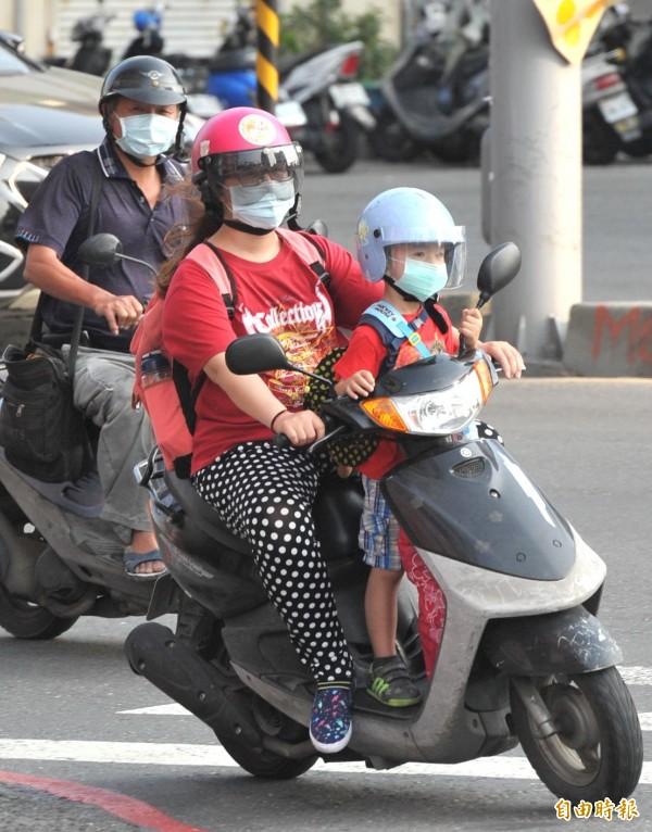 空汙嚴重,機車騎士緊戴口罩。(資料照,記者黃志源攝)