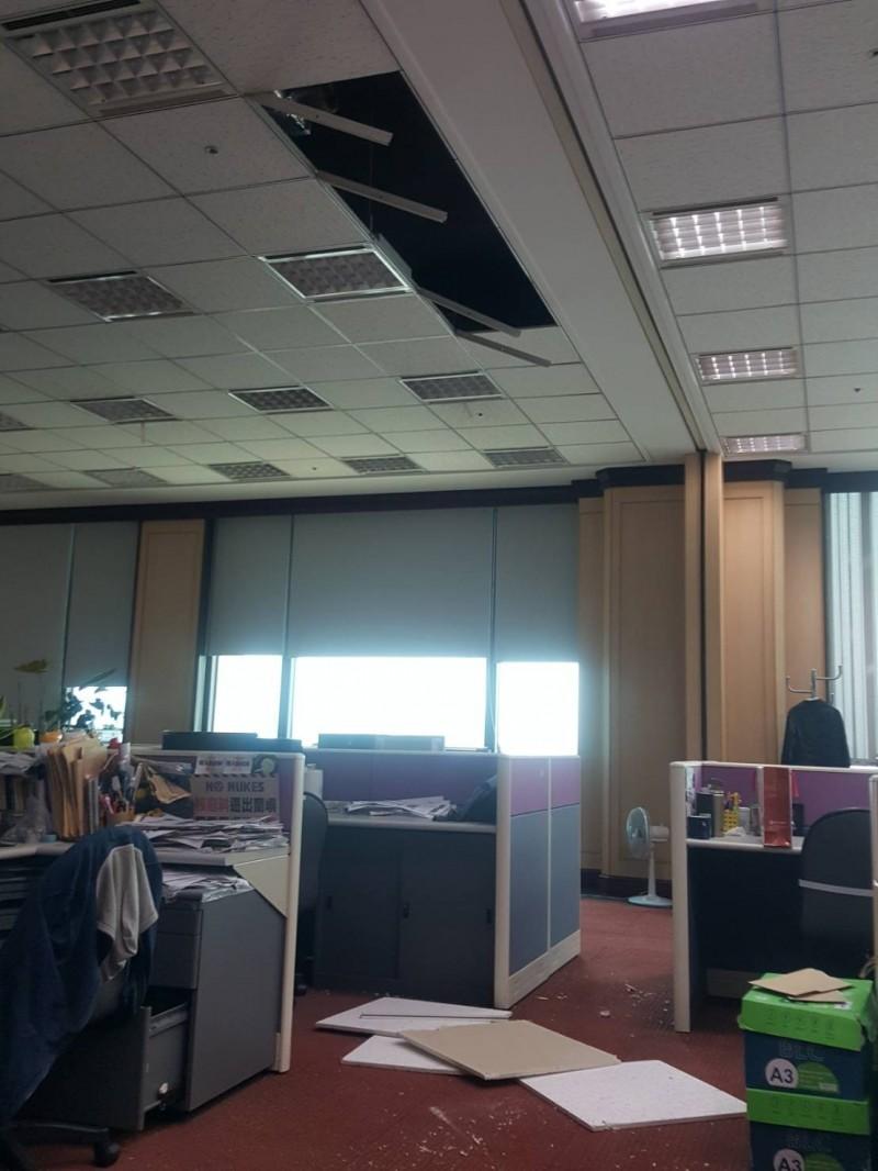 辦公室天花板掉落。(讀者提供)