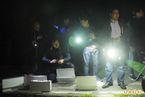 警方準備手電筒進行搜索。(記者黃耀徵攝)
