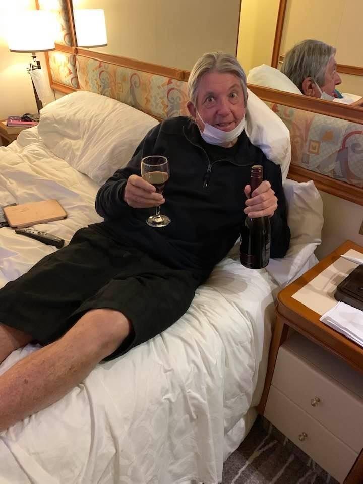 鑽石公主號乘客Dave Binskin於線上訂購兩瓶紅酒,竟由無人機直接送至房間門口。(圖翻攝自Jan Dave Binskin臉書)