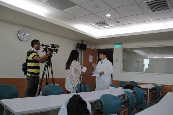 施景中指出,2014年6月間健保署提出要擴大實施二階段DRG時曾引發醫界反彈,當時在龐大輿論壓力下,健保署才找來相關代表進行討論。圖為施在當時接受媒體採訪。(圖擷自Jin-Chung Shih臉書)