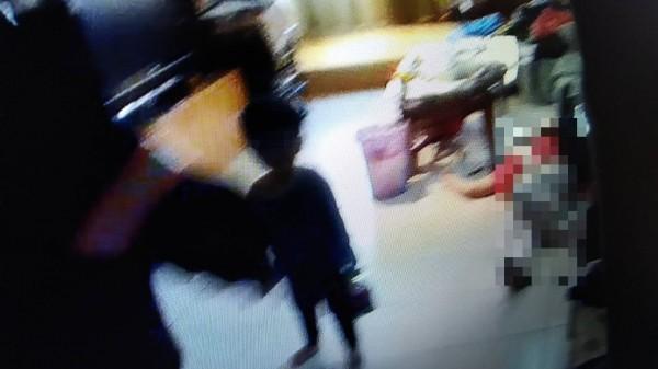 2歲的孩童在屋內哭喊(記者吳昇儒翻攝)