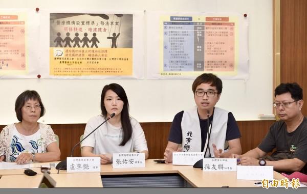 台灣護理產業工會等單位6日於立法院舉辦「醫療機構設置標準」修法草案明修棧道、暗渡陳倉記者會,呼籲各界重視護理師過勞問題。(記者羅沛德攝)
