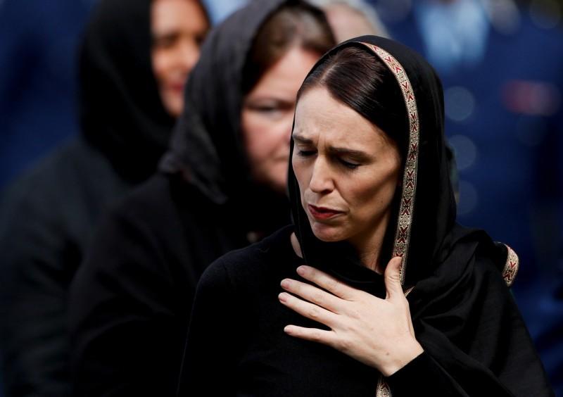 總理阿爾登22日帶領民眾,在槍擊案發生地點努爾清真寺對面的海格利公園為罹難者默哀。(路透社)