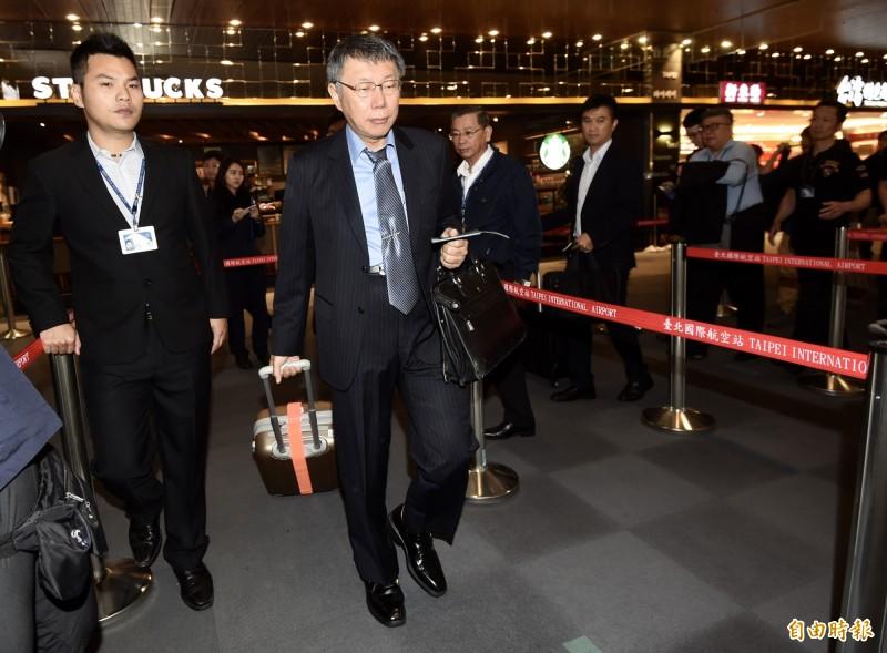 台北市長柯文哲23日由松山機場搭機,率團前往日本參加「2019臺日觀光論壇」及市政參訪。(記者簡榮豐攝)