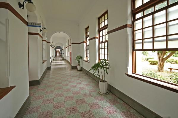 以圓弧拱門造型設計的內走廊,在日治時期只有日本人可走動使用,台灣人僅能走在州廳建築外的外走廊。(記者臺大翔攝)