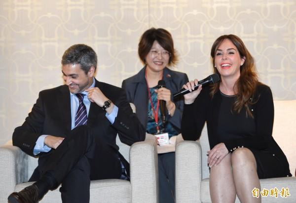 巴拉圭總統阿布鐸伉儷11日在台北與記者茶敘;第一夫人席凡娜(右)談到兩人的戀愛史時說,「先生是我第一任男友,而他自稱我也是他的第一任女友」。(記者方賓照攝)
