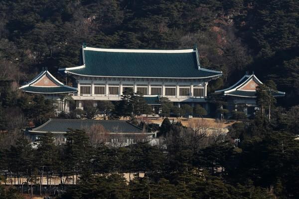 日媒《朝日新聞》日前報導,美國要求北韓在6個月內將部份核武和核原料運至海外,被南韓青瓦台批評不實,因此無限期禁止《朝日新聞》記者進入青瓦台。(彭博)