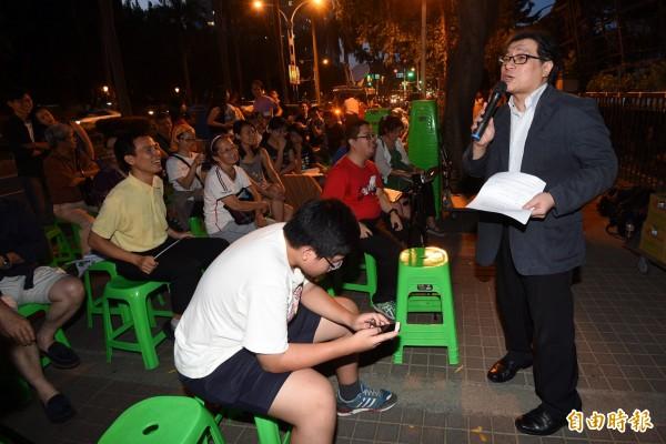 中研院台灣史研究所研究員吳叡人(右)表示,新生代的社會運動是快樂的、健康的,中學生用青春和笑容就搞倒舊石器時代的國家怪獸,拒馬不用推就會自己倒。(記者羅沛德攝)