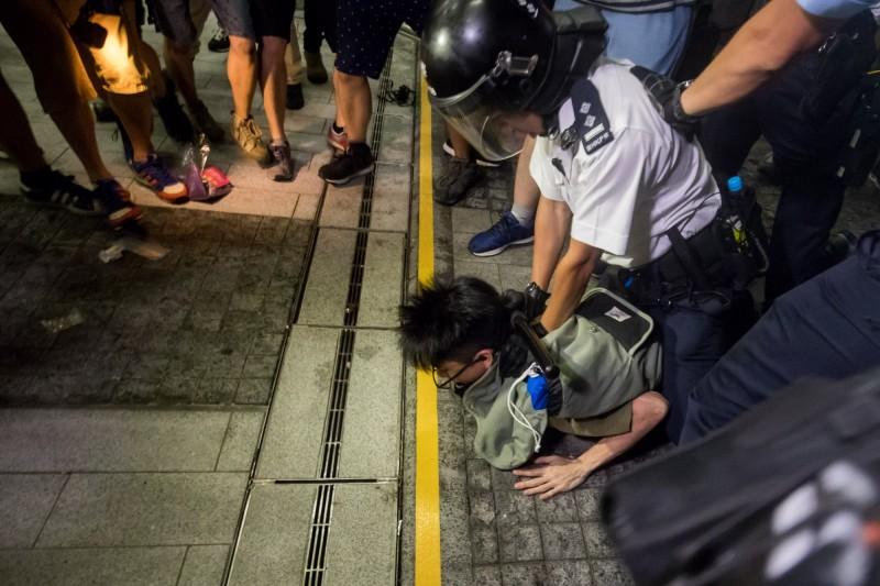 香港警方拘留了一名在立法會外示威的示威者。(彭博)