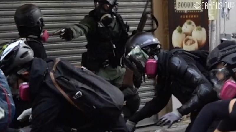 今日香港各區發生多起警民衝突,荃灣有名中五學生遭警方實彈擊中左胸。(圖擷取自臉書_香港大學學生會校園電視)