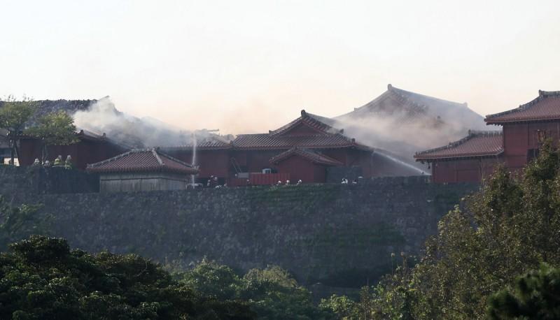 目前消防人員仍在撲滅火勢中(法新社)