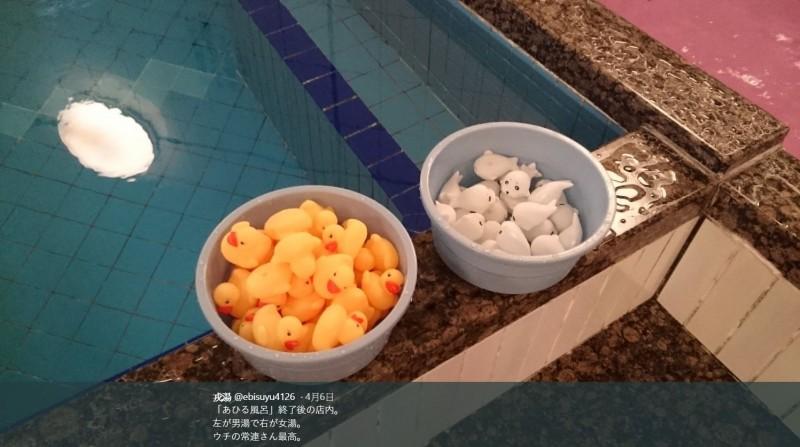 在關店之後,澡堂老闆發現了男湯與女湯的驚人差異,女湯的客人將所有黃色小鴨與小海豹分類收進水盆內。(圖擷取自推特)