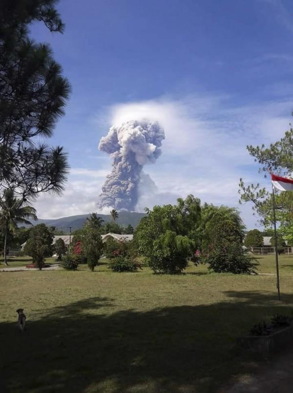 印尼火山專家才警告,自9月份起,火山內部的熔岩活動漸趨頻繁,有爆發可能性,數小時後火山便開始噴發。(歐新社)