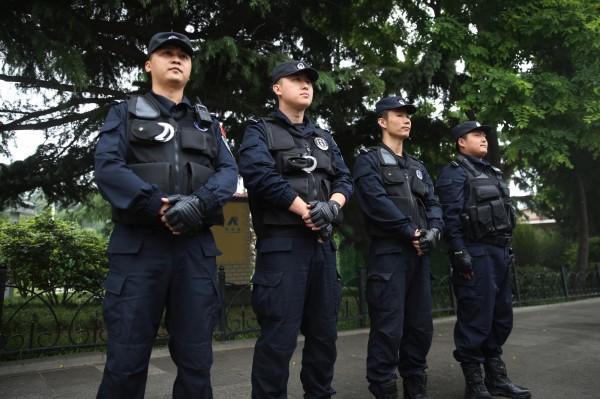 中國上海靜安區去年4月13日展開拆遷,有民眾不願離開家園,和拆遷工人與警察發生了衝突,隨後竟有反恐特警擊斃平民。上海警察示意圖,與本新聞無關。(歐新社)