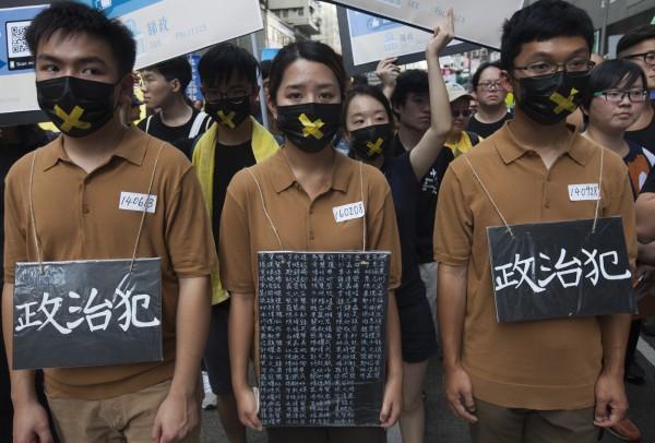 國際間40多個人權團體30日發表聯署公開信,要求聯合國人權理事會成員國,通過一項反對中國任意拘留和其他侵犯人權行為的決議。圖為香港學生反對中國政府侵犯人權。(歐新社資料照)