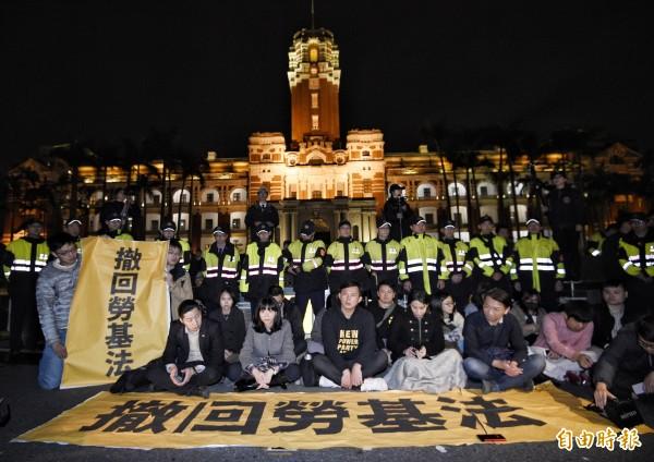 時代力量五位立委到總統府前靜坐抗議,要求撤回勞基法。(資料照,記者陳志曲攝)