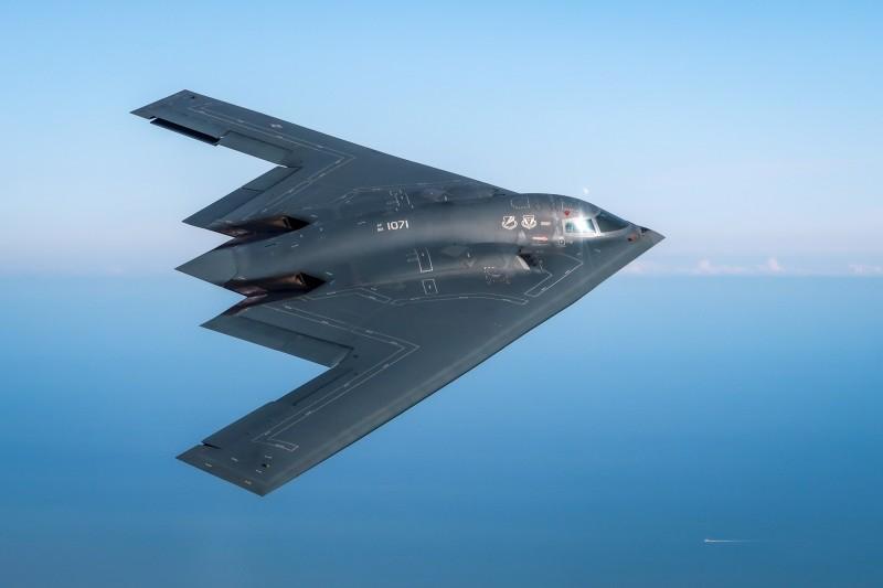 美國民眾20日前往神秘的51區「到此一遊」,軍方推特竟宣稱要用B-2對付擅闖基地的民眾。(歐新社)
