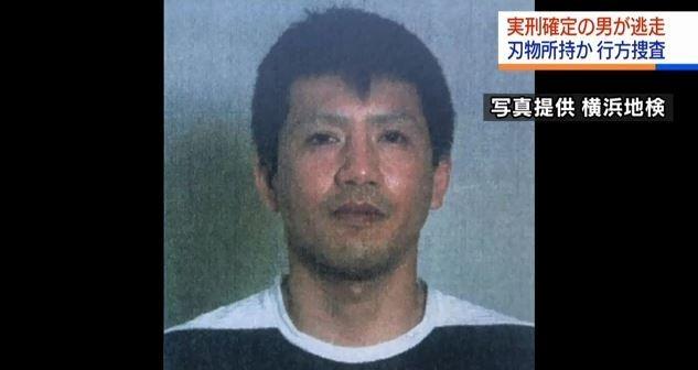 遭日本法院判刑確定的犯人小林誠,昨日在警方執行發監時持刀駕車逃逸,為安全起見,今日在神奈川縣中,犯人住家周圍的45間學校宣布停課1天。(圖截取自日本NHK新聞網站)