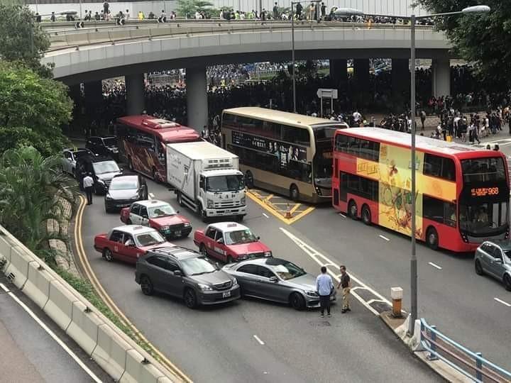 幹道發生「擦撞」事故,車主下車討論處理事宜。(擷取自PTT)