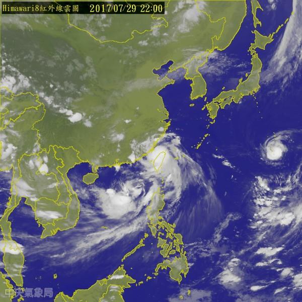 29日傍晚輕颱海棠形成,氣象局發布雙颱海上陸上警報,與尼莎颱風形成夾擊台灣之勢。(翻攝自中央氣象局)