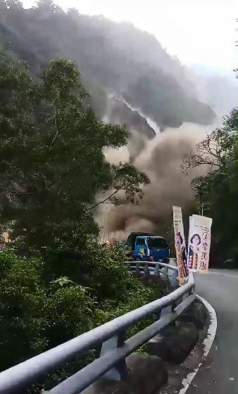 昨天上午9時45分台東發生芮氏規模3.3地震,屏東最大震度3級。地震過後不久,屏東霧台公路第二號橋對面山坡有大片土石滑落。(圖擷取自臉書社團「登山借問站」)