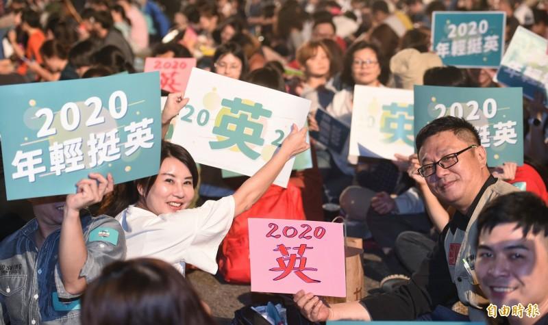 民眾帶著自製的2020年輕挺英看板進場欣賞總統府音樂會。(記者劉信德攝)