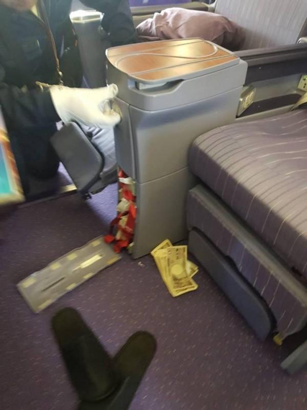 中國乘客在座位藏匿偷來的鈔票。(圖擷自Karn Chivangkun臉書)
