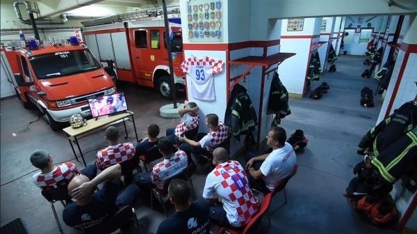 世足8強戰,克羅埃西亞消防員身穿球衣守在電視機前,聚精會神替國家隊加油。(圖擷自臉書「Vatrogasna postrojba Zagreb」)