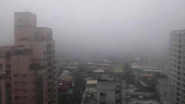 網友清晨6時半分享台北的天空,他表示能見度不到100公尺。(圖擷取自網友Chungren Chang)