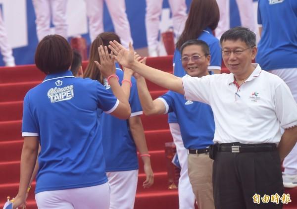 台灣隊選手在今天傍晚6點左右全數抵達北市府前廣場,市長柯文哲也到場迎接選手,並與選手一一擊掌。(記者簡榮豐攝)