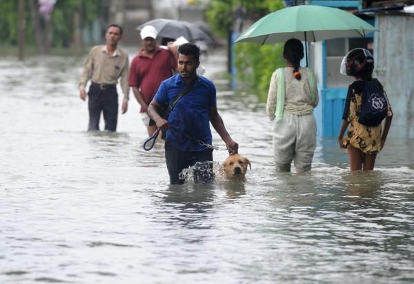 有外媒報導指出,低氣壓連日帶來的暴雨,已造成斯里蘭卡洪水及土石流災情,全國目前至少有8人死亡、數千人無家可歸。(法新社)