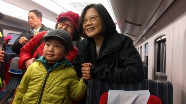 小孩誤坐蔡英文坐位,賴坤成臉書模擬惡搞對白。(圖擷取自賴坤成臉書)