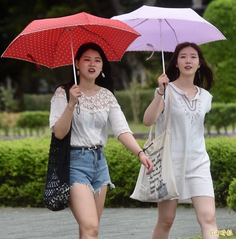 明天(16)各地雨勢轉趨明顯,提醒民眾外出記得攜帶雨具。(資料照,記者簡榮豐攝)