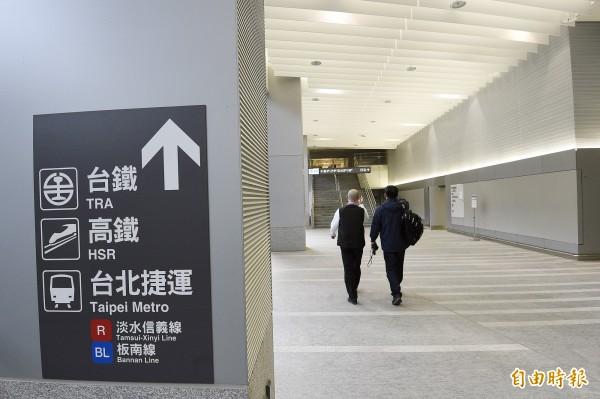 桃園機場捷運A1台北車站與台北捷運連通道,壁面、地板都已貼妥清楚的指示標誌。等著迎接試營運及通車日的到來。(資料照,記者陳志曲攝)