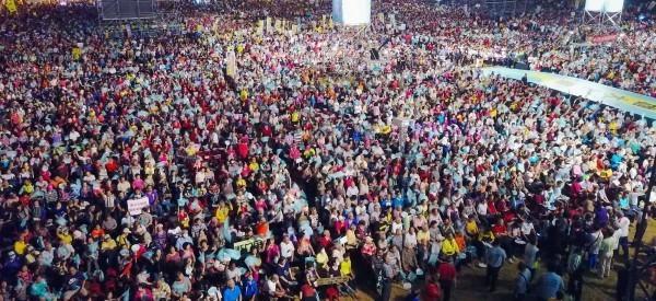 陳其邁14日晚間在鳳山的造勢晚會湧入上萬名支持者到場相挺,展現大爆滿的人氣與氣勢。(圖擷取自「陳其邁 Chen Chi-Mai」臉書)