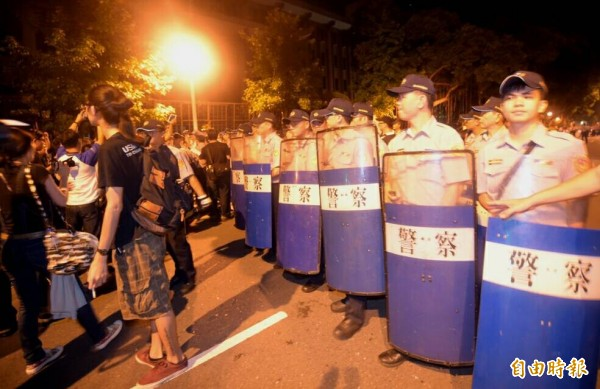 警方於24日凌晨4點20分開始驅離聚集在中山南路教育部前的民眾。(記者王敏為攝)