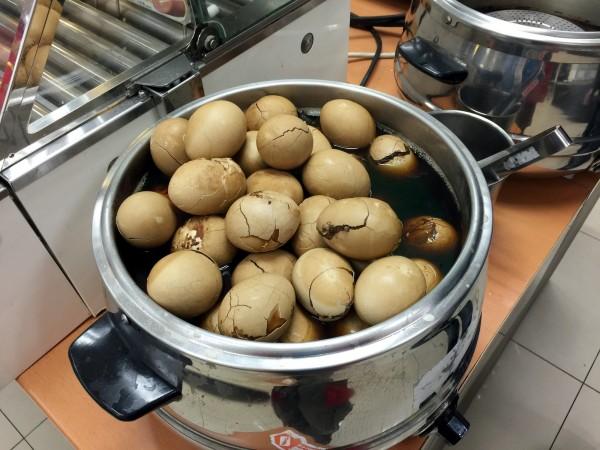 中國作家以中國官方數據證實,有許多中國人對於每天吃一顆茶葉蛋是奢望!(資料照)