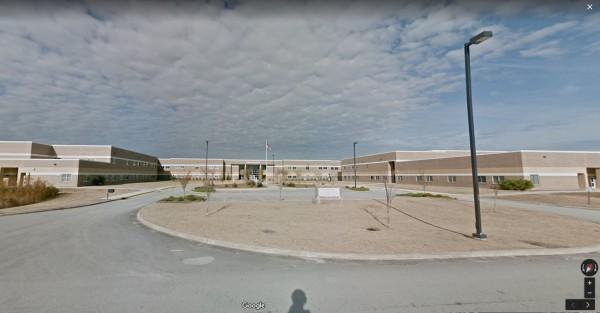 漢普斯特德(Hampstead)當地時間9日清晨6點左右,警方接到民眾報案,指出托普賽爾(Topsail)高中傳出數聲槍響,疑似又是一起校園槍擊案,經查後發現是烏龍一場。(圖擷取自Google地圖)