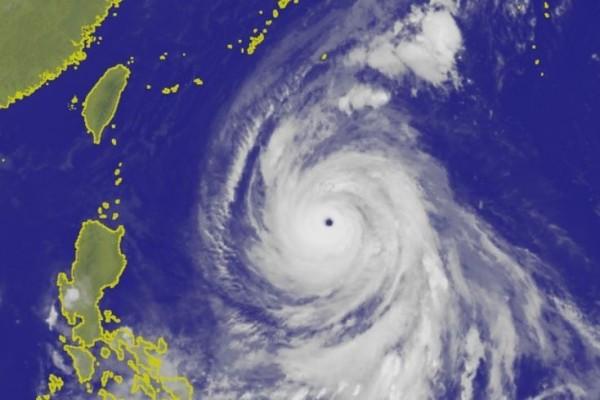 氣象專家吳聖宇表示,康芮颱風強度已經達到顛峰,預估今(2日)晚之後強度將逐漸減弱,靠近台灣時為中度颱風等級。(圖擷取自中央氣象局)