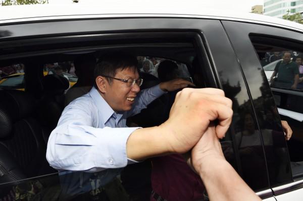 連營競選總幹事蔡正元指控無黨籍台北市長候選人柯文哲為民進黨,柯文哲笑答:「我選後再感謝他」。(記者陳志曲攝)