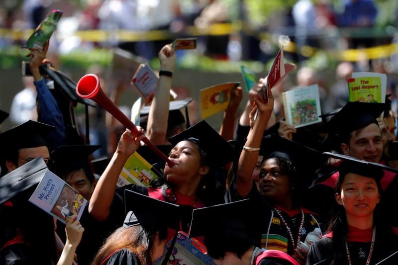 美國大學學貸不受經濟好壞影響,始終越來越沉重。(路透)