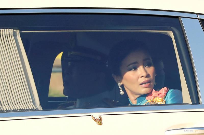 法蘭西斯以及葉格猜週三(14日)在在載有王后素提達(見圖)的王室車隊經過時王室車隊經過時,朝車隊舉起了泰國示威者2014年就開始使用的「三指手勢」。(路透)
