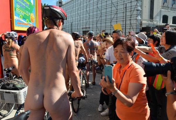 沿途有不少民眾夾道歡迎,甚至拿出手機來拍下這場盛事。(法新社)